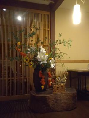 「玄関のお花」(Fresh Flowers in the Large Vase)