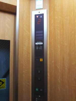 「早雲山駅から強羅花扇の玄関口へ降りるエレベーターのご案内」(The Elevator from Sounzan St. to Gora hanaougi)